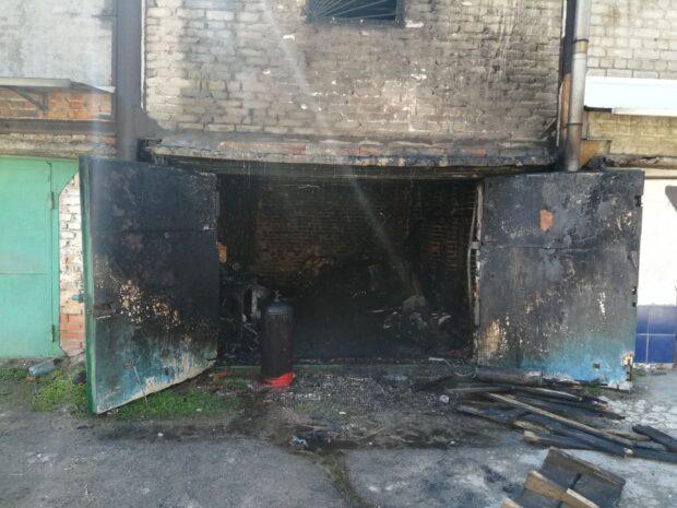 В Харькове в гаражном боксе сгорел автомобиль: хозяин получил ожоги