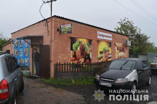 Под Харьковом мужчина с ножом напал на продавщицу магазина и пытался забрать выручку