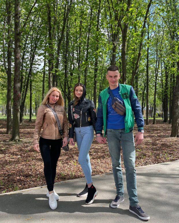 К скованной цепью паре влюбленных из Харькова присоединилась еще одна девушка