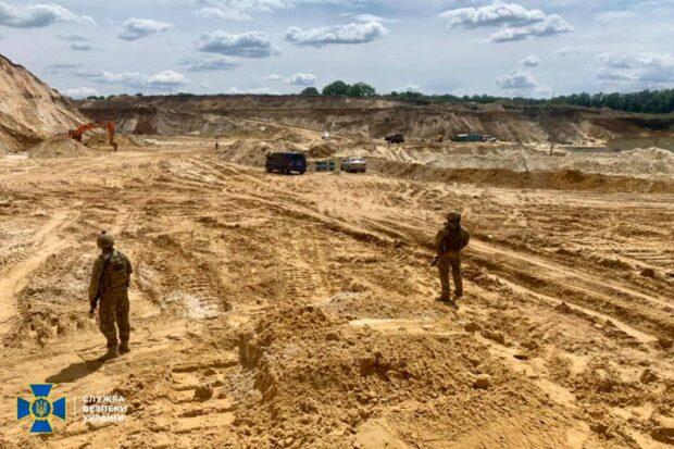 В поселке Рогань незаконно создали карьер и добывали песок: убытки могут составить несколько десятков миллионов