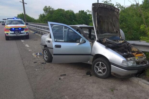 В Харьковской области спасатели вытаскивали из авто водителя, который столкнулся с отбойником