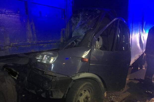 В Харькове водитель въехал в припаркованный грузовик: мужчину доставали спасатели