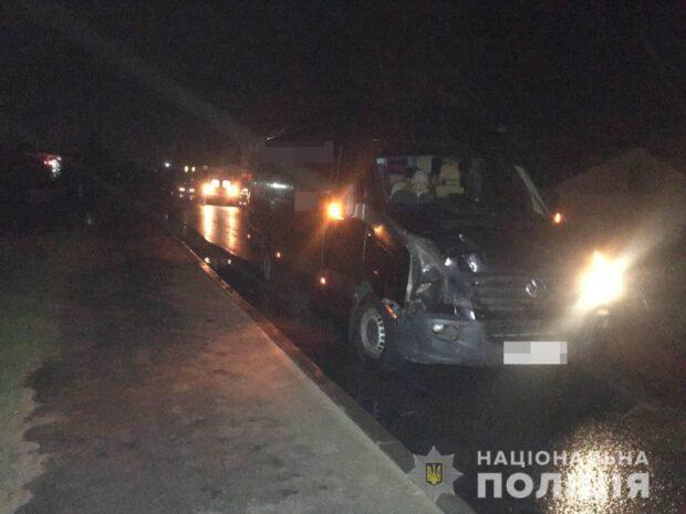 На Харьковщине водитель микроавтобуса насмерть сбил молодую женщину