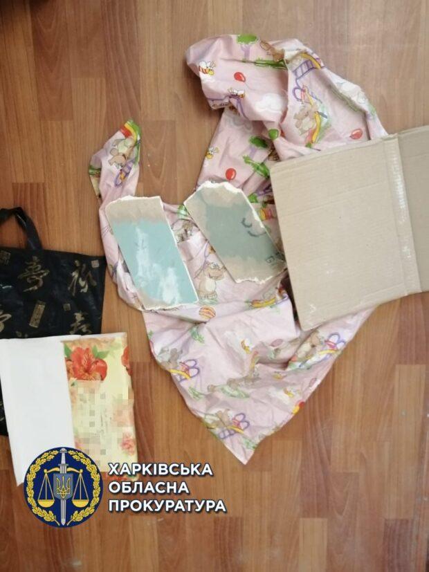 В Харькове мужчина по акционной цене продавал завернутый в ткань строительный мусор