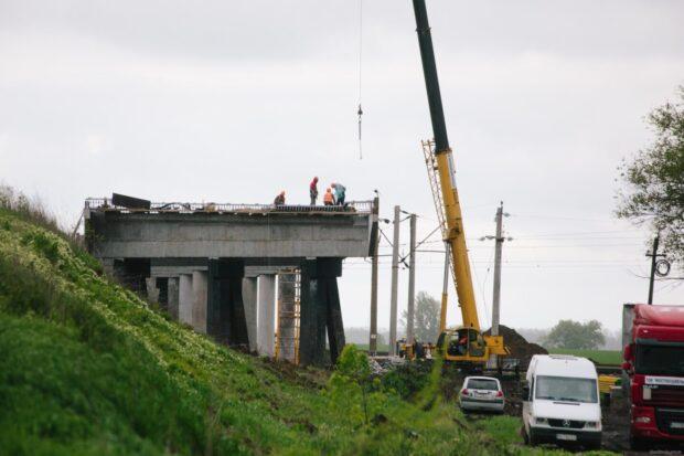 Возле села в Харьковской области строят новый мост