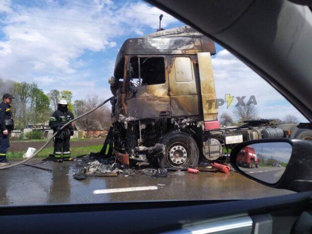 На трассе в Харьковской области сгорела кабина фуры