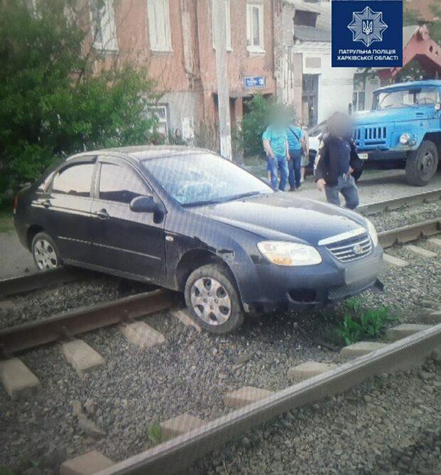В Харькове пьяный водитель заблокировал движение трамваем