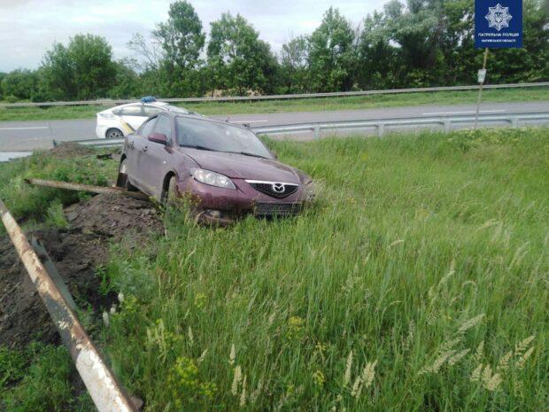 В Харькове пьяный водитель убегая от патрульных, наехал на дорожное ограждение