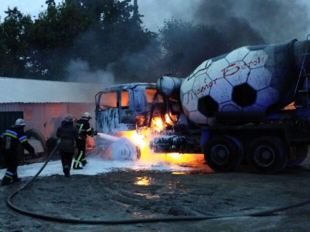 В Харькове за сутки сгорело три легковых автомобиля и грузовик