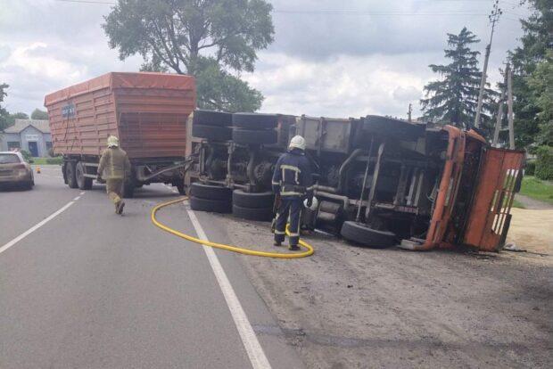 В Харьковской области перевернулся грузовой КамАЗ: спасатели смывали топливо с дороги