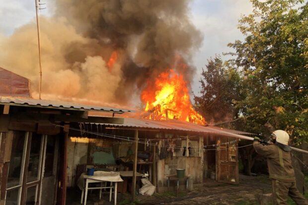 На Харьковщине из-за замыкания электросети во дворе частного дома случился масштабный пожар