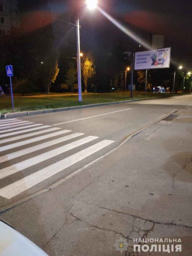 В Харькове водитель на пешеходном переходе сбил пенсионерку и скрылся с места аварии