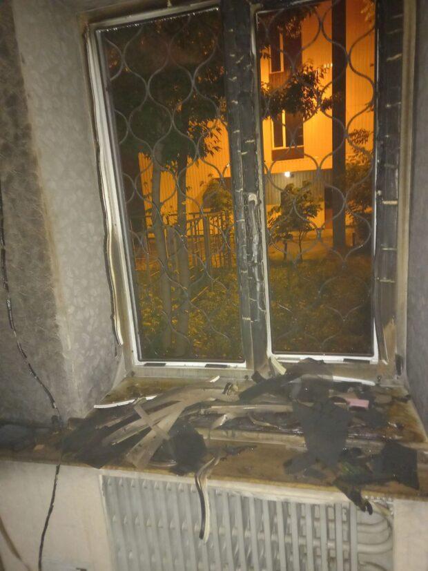 Во время разведки пожара спасатели обнаружили, что из другого окна этой квартиры выглядывает 73-летний мужчина и просит ему помочь. На окне были решетки, поэтому самостоятельно эвакуироваться через окно он не мог.