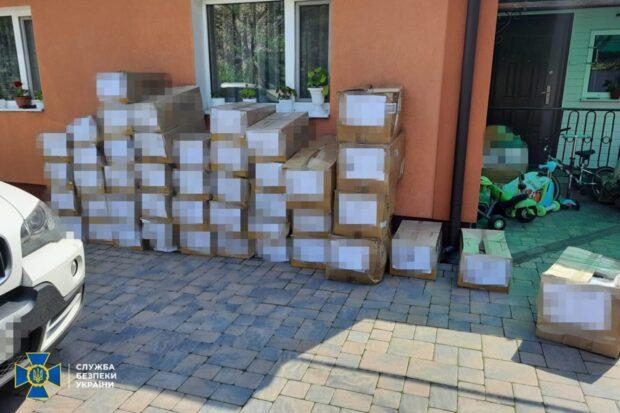 В Украину ввозили дорогую брендовую одежду под видом гуманитарной помощи: в Харькове провели обыски