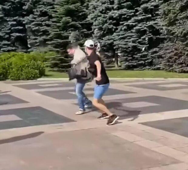 """В центре Харькова депутата от """"ОПЗЖ"""" облили мочой"""