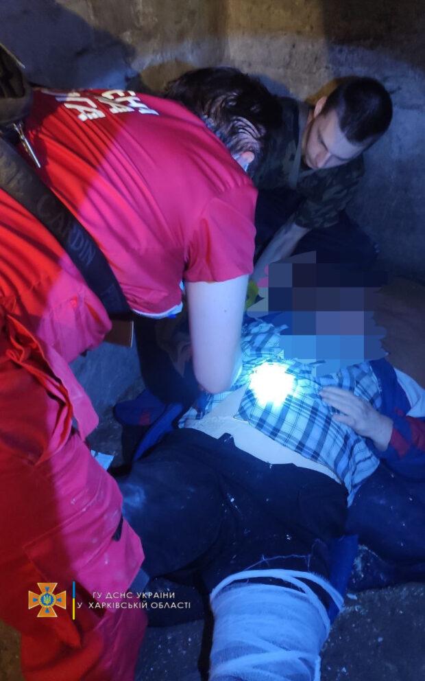В Харькове пенсионерка упала в погреб: ее доставали спасатели