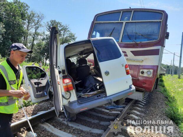 В Харьковской области на железнодорожном переезде электричка протаранила автомобиль