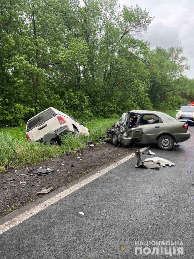 В результате лобового столкновения автомобилей под Харьковом погибло три человека