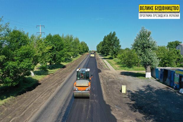 На пути к поселку Элитное стартовали работы по укладке верхнего слоя покрытия