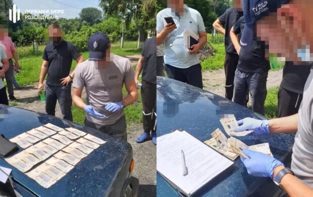 На Харьковщине задержали патрульного, который требовал взятку у водителя за поврежденный забор сельсовета
