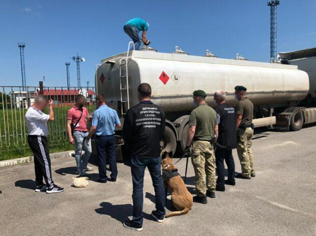 """На """"Гоптовке"""" задержали грузовик с контрафактной российской жидкостью для изготовления топлива (видео)"""