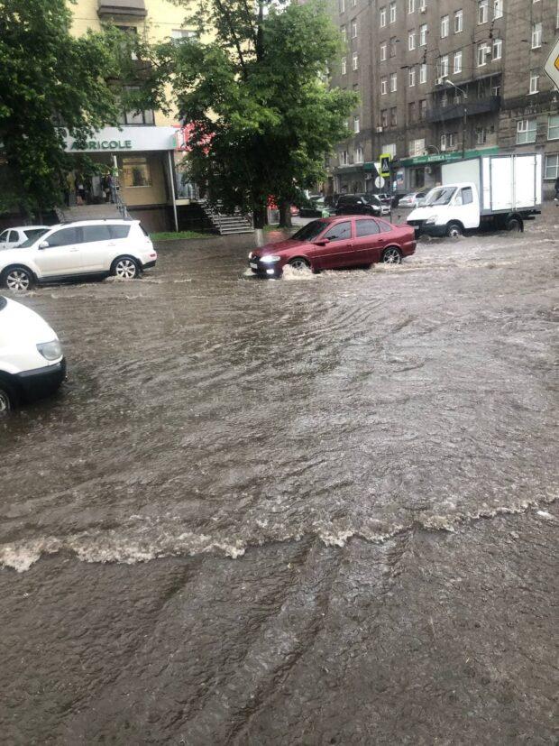 В Харькове затопило улицы и подъезды