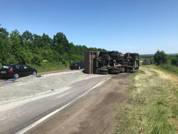 На Харьковщине во время движения перевернулся грузовик: пострадавших нет