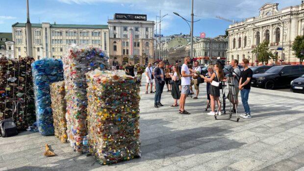 """""""Жители рек Украины"""": на площадь Конституции привезли тонну мусора из реки Уды (фото)"""