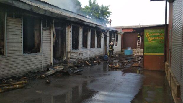 В Чугуеве на рынке горели торговые павильоны: площадь пожара составила 600 м²