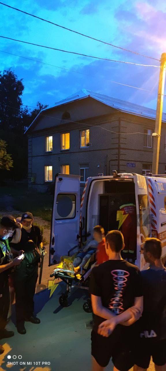 В Харькове трое избивали парня за кражу телефона
