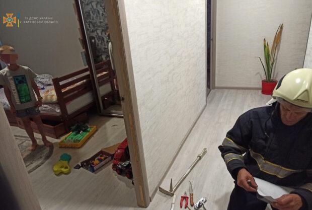 В Харьковской области спасатели помогли открыть день в квартире, где был ребенок