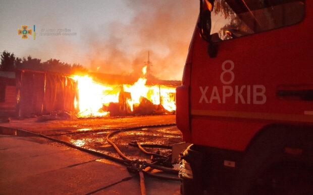 В Харькове сгорел склад с древесиной