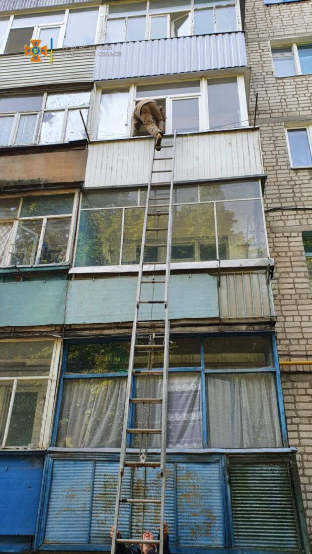 Под Харьковом спасатели оказали помощь бабушке, которая упала в квартире и не могла добраться дверей