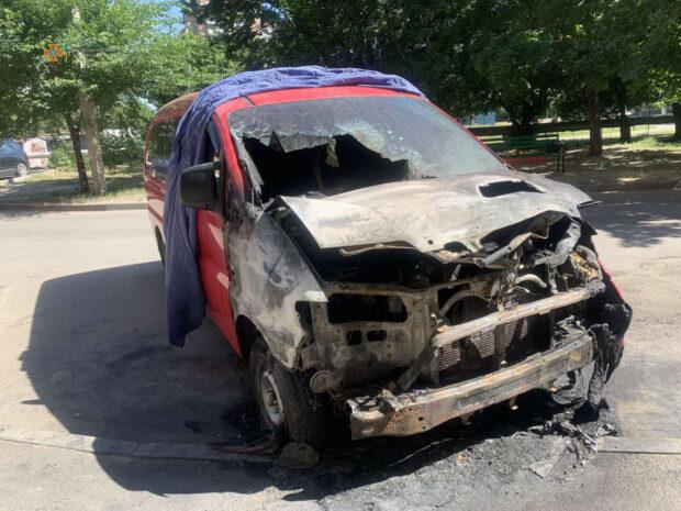 В Харькове возле многоэтажного жилого дома сожгли автомобиль