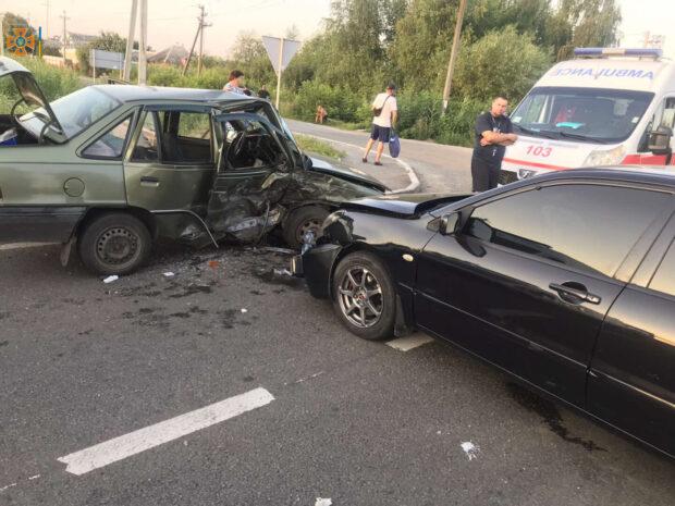 В Харьковской области столкнулись два автомобиля: спасатели доставали зажатую в салоне пассажирку
