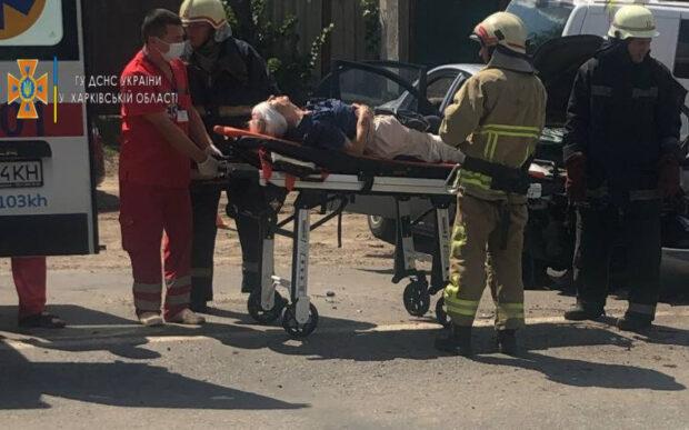 Под Харьковом столкнулись два автомобиля: спасатели вырезали пострадавших из разбитой машины