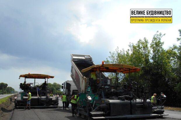 На дороге Киев – Харьков – Довжанский в направлении Полтавы асфальтируют правую проезжую часть