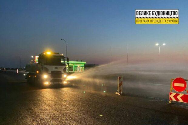 Дорожники заасфальтировали перекресток трассы Киев - Харьков - Довжанский и Салтовского шоссе