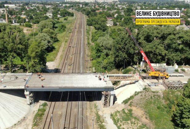 На Песочинском мосту монтируют балки и ставят монолитную железобетонную плиту