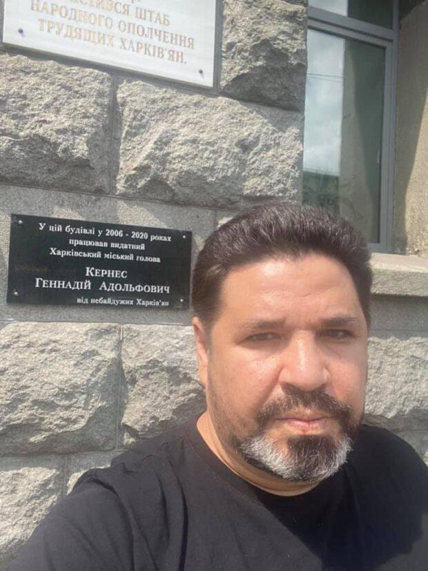 Депутат горсовета повесил на здание мэрии мемориальною доску Кернесу, работники мэрии ее сняли (видео)
