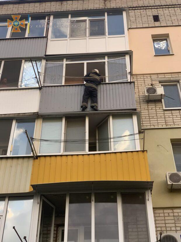 На Харьковщине спасатели помогли открыть квартиру, в которой находилась маленькая девочка