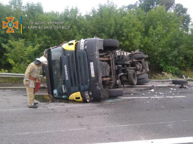 Под Харьковом после столкновения с фурой перевернулся грузовик