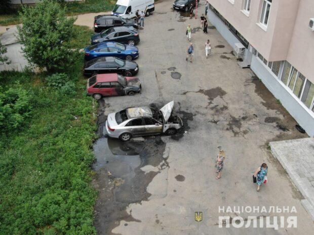 На Алексеевке горели два авто: полиция открыла уголовное производство