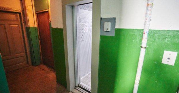 Женщина, которая находилась в лифте дома на улице Золочевской, находится дома