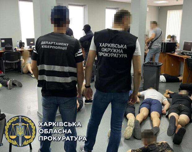Выманивали деньги у людей: в Харькове накрыли так называемый «call-центр» (видео)