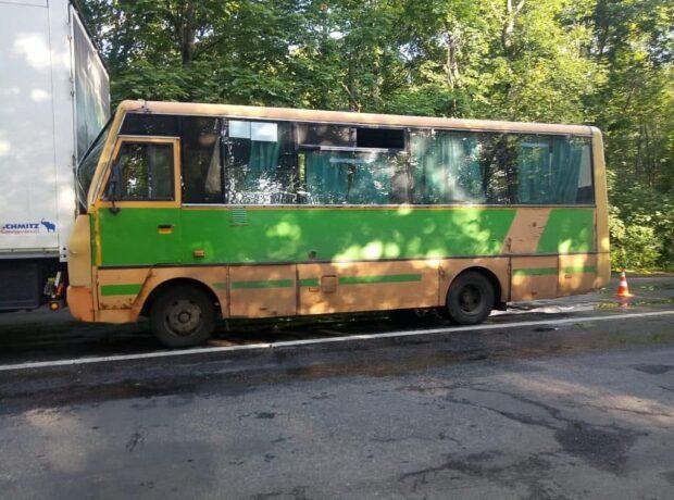 Под Харьковом маршрутка врезалась в грузовик: пострадали три женщины