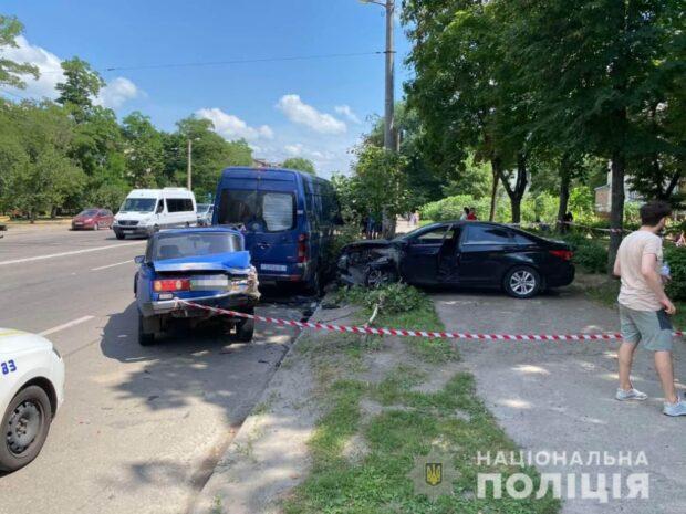 В Харькове водитель врезался в припаркованные авто и вылетел на тротуар: пострадала женщина-пешеход