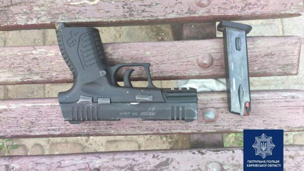 На Алексеевке задержали мужчину с пистолетом, который угрожал прохожему
