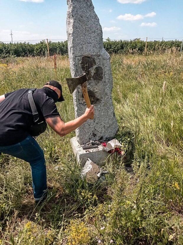 Восстановленный под Харьковом камень «дружбы» с Россией разбили