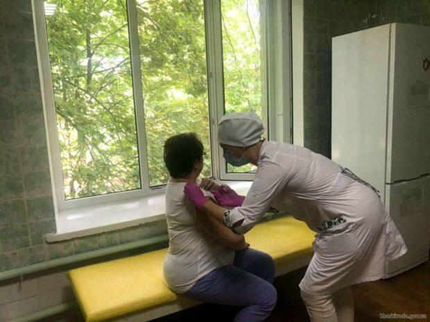 В Первомайском за первый день работы центра массовой вакцинации прививки получили более 100 жителей